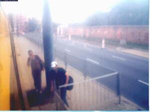 Profesor pobity w tramwaju. Policja szuka tych mężczyzn