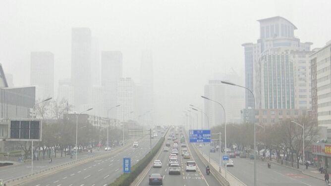 Smog opanował Pekin. Jakość powietrza jak tak zła, że ledwie widać wieżowce
