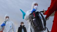 Specjalnie przygotowane francuskie służby porządkowe podczas wydawania bagaży ewakuowanych  na płycie lotniska pod Marsylią (PAP/Arek Rataj)