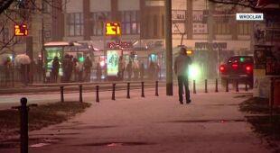 Zima powróciła do Wrocławia. Białe drogi, śliskie chodniki (TVN24)